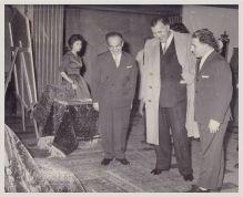 Prins Bertil flankerad av Akif och Sabah Arhan