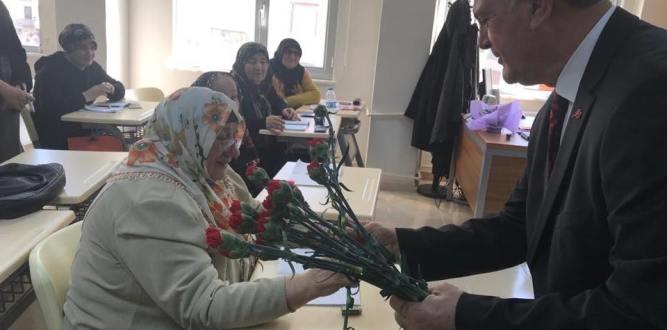 Vasfi Kurdoğlu Kadınlar Gününü Kadınlara Çiçek Vererek Kutladı