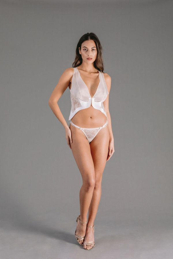 Thong in white Chantilly lace