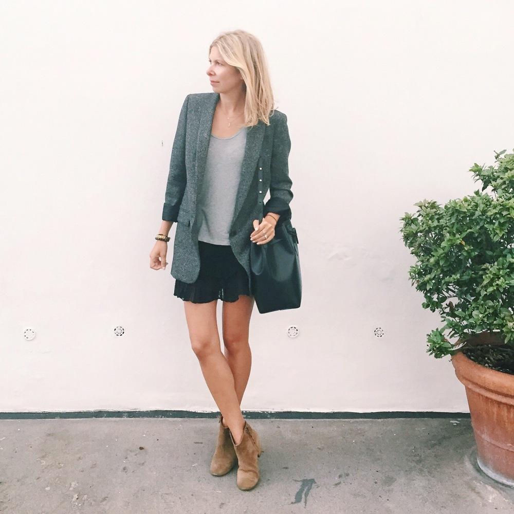 Arianna Trapani wears blazer boyfriend jacket from ZARA, Maje skirt, Cos grey t-shirt,Isabel Marant boots, Mansur Gavriel bucket bag.