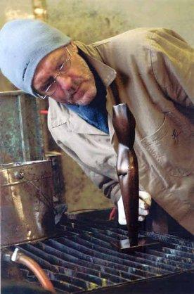 Beeldhouwer Bert van Herwijnen vormt beeld van hout of brons