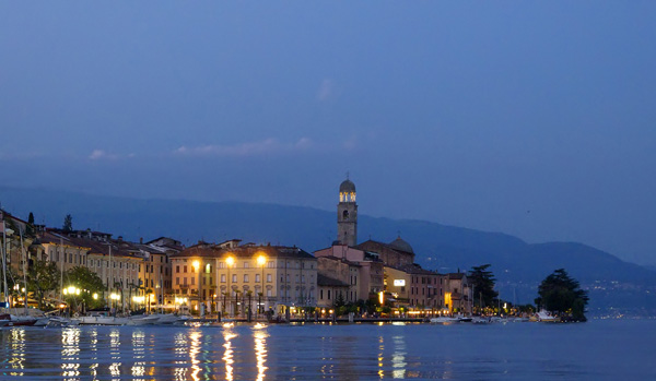 Salo at night