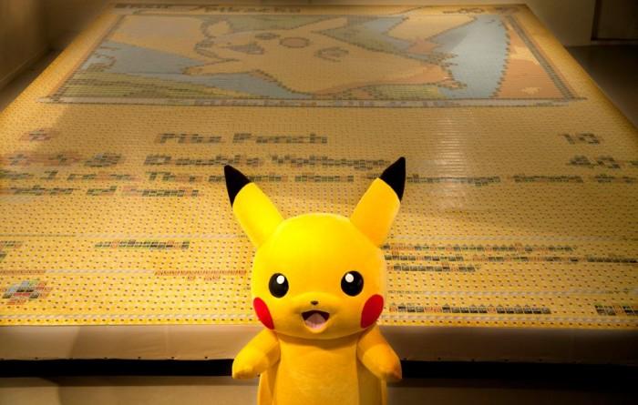 Olha que irado esse card gigante do Pikachu feito com mais de 12 mil cards de Pokémon!