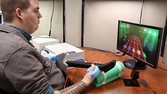 Americano com paralisia consegue jogar game de guitarra graças a implante no cérebro