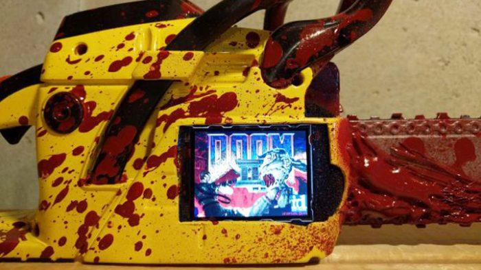 Esta motoserra rodando Doom 2 é boa demais para ser verdade