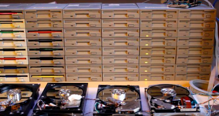 Um cara faz música com drives de disquete e HDs velhos