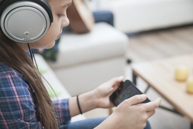 girl-in-headphones-playing-games-on-smar