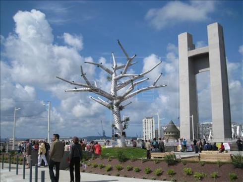 """Árbol empático tecnológico de la ciudad francesa de Brest. Estos """"árboles"""", de estructura de acero inoxidable de 12 metros de altura y 15 metros de ancho, están pensados para albergar nidos de aves.Foto cedida."""