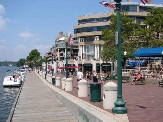 En Georgetown, paseo marítimo y paseo peatonal.