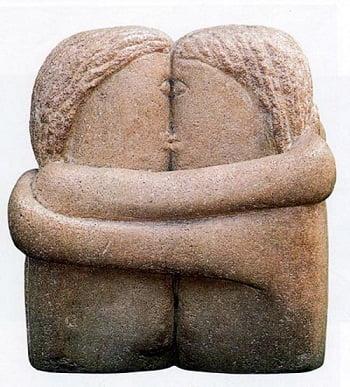 La famosa escultura El Beso del rumano Constantin Brâncuşi considerado uno de los grandes escultores del siglo XX.