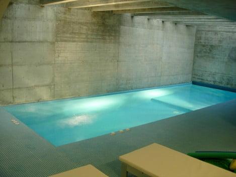 piscina-interior-climatizada-paredes-hormigon