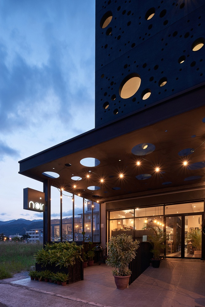 Modern linear house design known as Onyx lit house by Emerge Architects 17