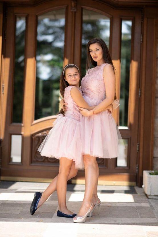 Комплект еднакви рокли за майка и дъщеря с дантела и тюл Каприна