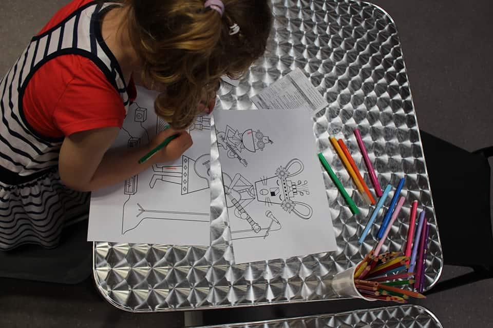 Photo - Une enfant fait un coloriage