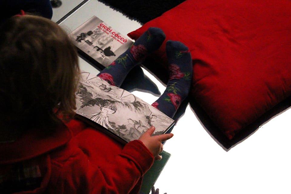 Photo - Une enfant lit un livre