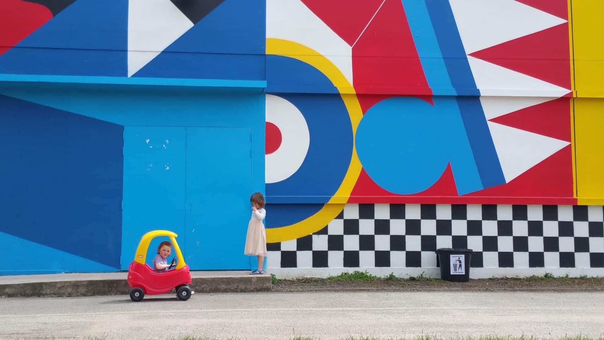 Photo d'ambiance La Fête #6 - deux enfants devant la fresque du Jardin Moderne