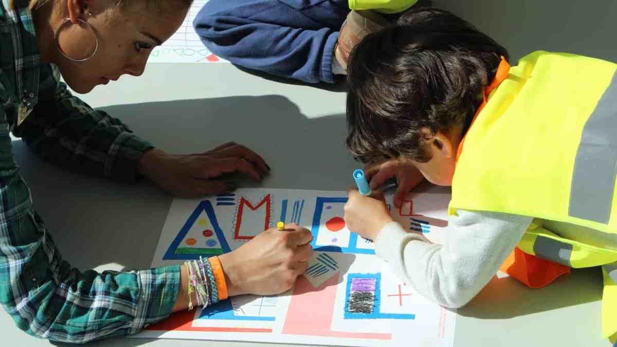 Photo d'un enfant qui réalise un coloriage avec une adulte
