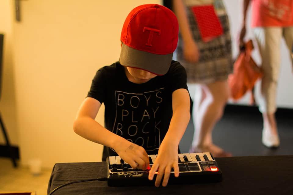 Photo d'un enfant qui joue du synthé - La Fête #7