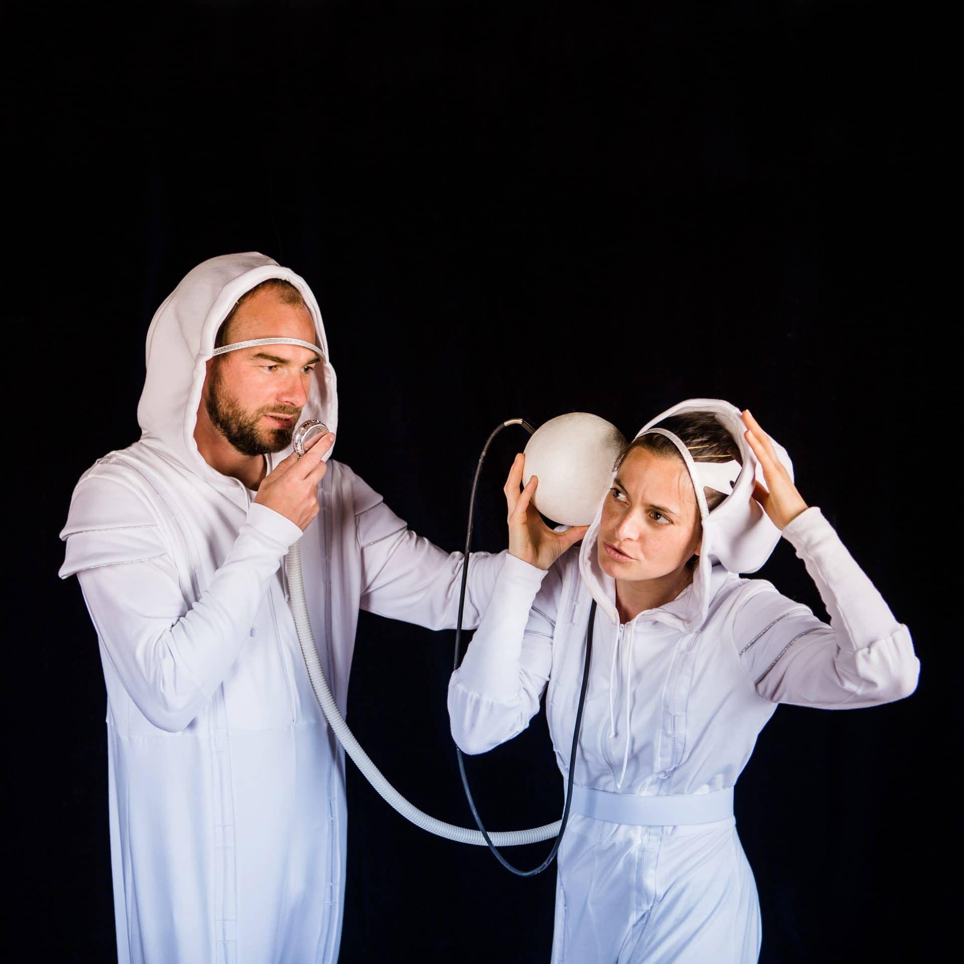 Photo de Marc de Blanchard et Fanny Paris en cosmonautes