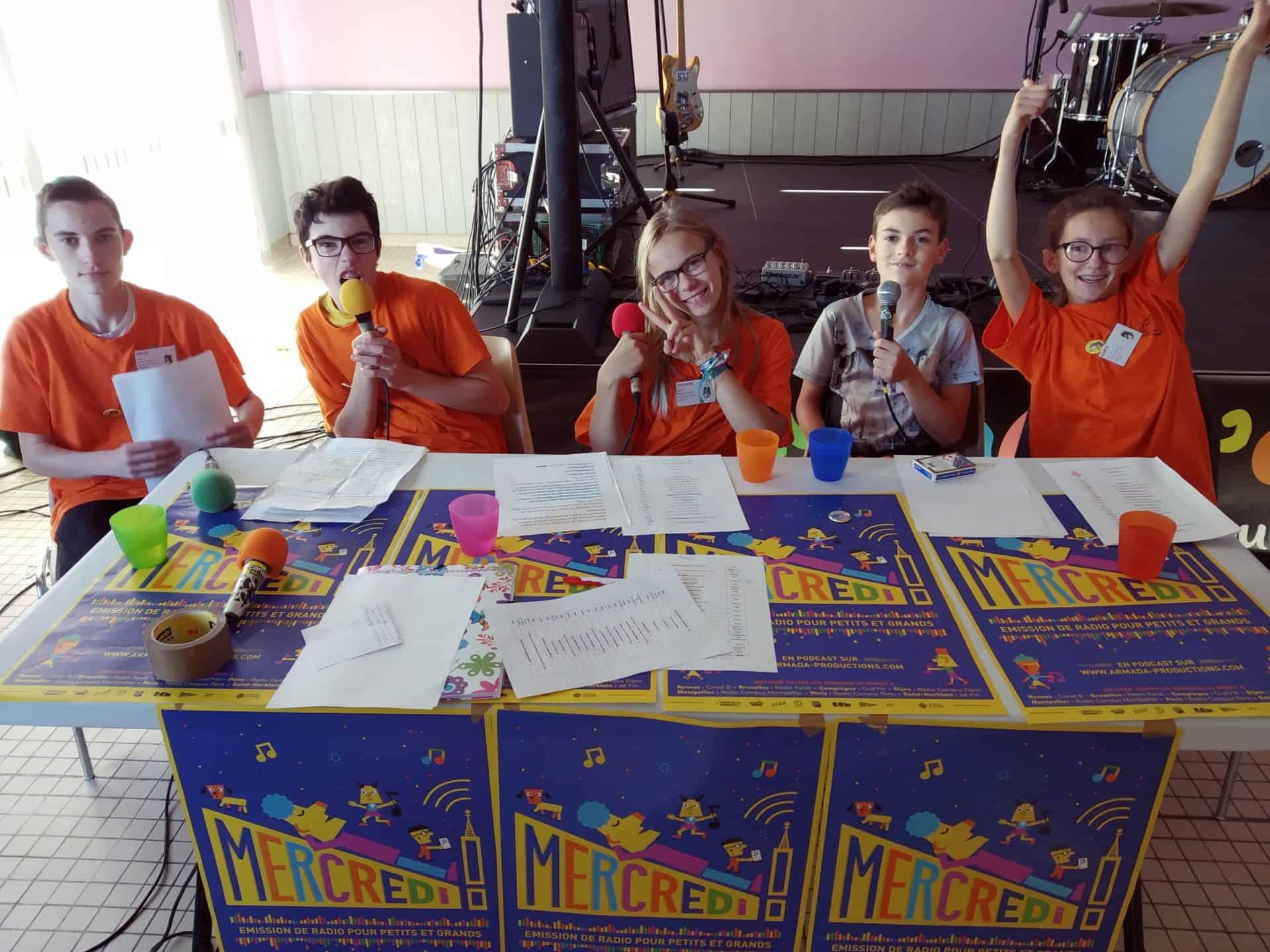 5 jeunes enregistrent une émission Mercredi