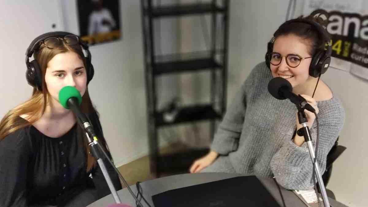 Photo de deux personnes en enregistrement d'une émission radio - Studio de Canal B