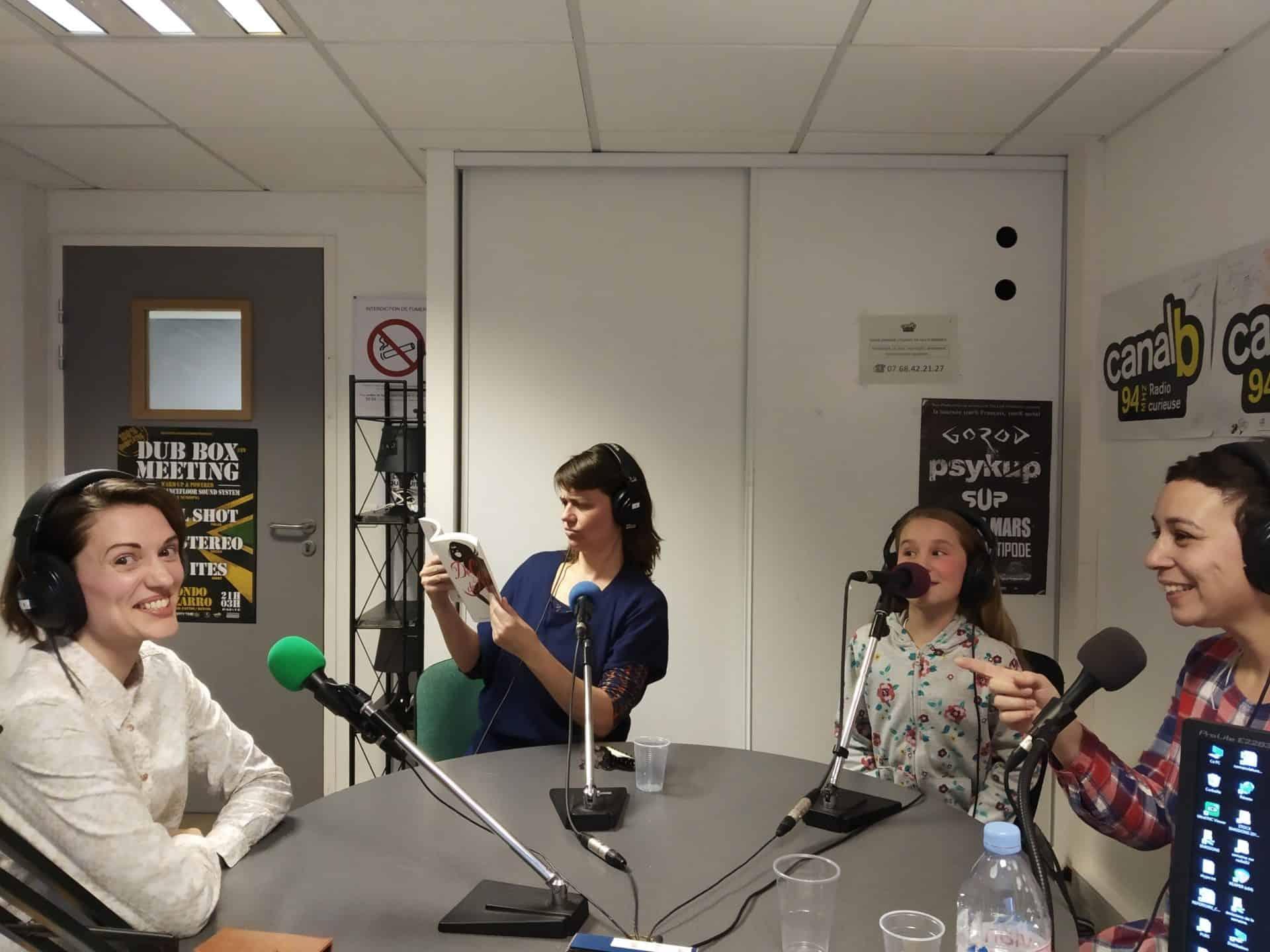 Photo d'un enregistrement radio au studio de Canal B