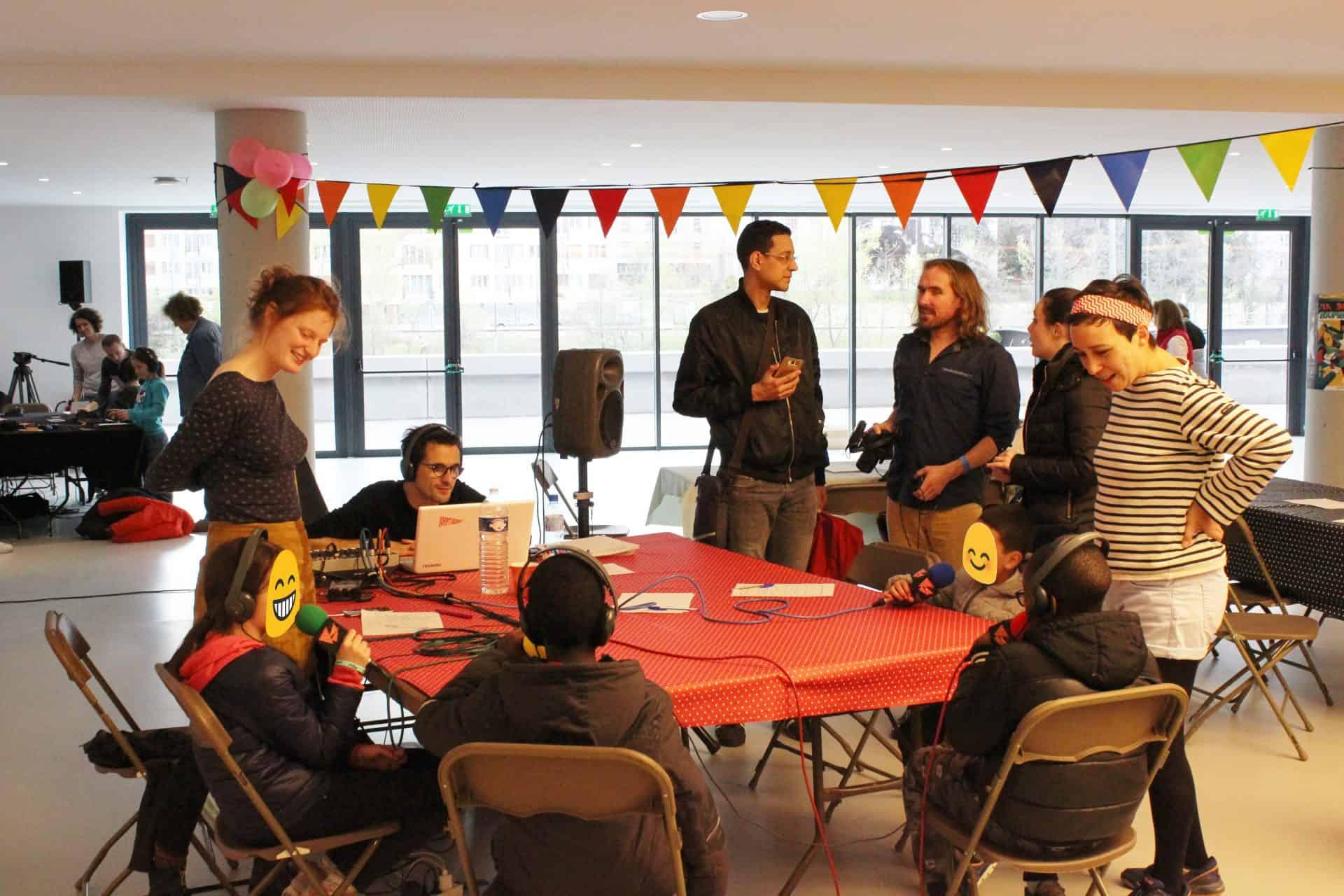 Des enfants enregistrent une émission de radio lors d'un atelier Mercredi - Chorus des enfants