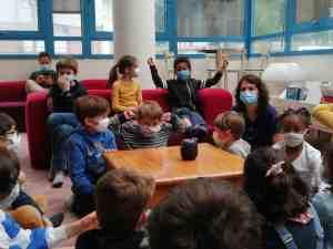 CORRESPONDANCES SONORES 2021 - Les enfants écoutent la carte postale qu'ils·elles ont recue