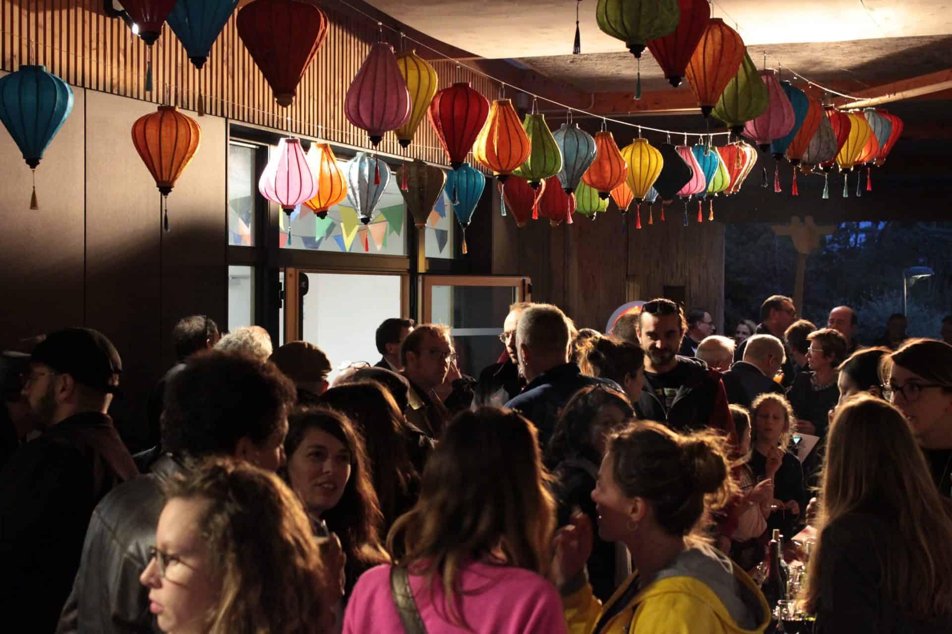 Photo - Foule dans le passage couvert à l'inauguration La Casba