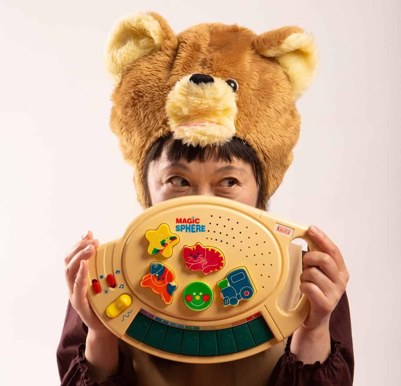 Mami Chan avec un jouet musical