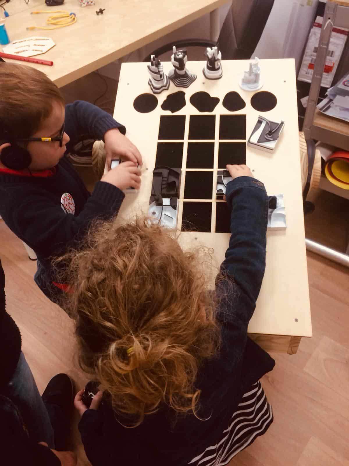 Photo - des enfants jouent avec une installation réalisée par Mille au carré
