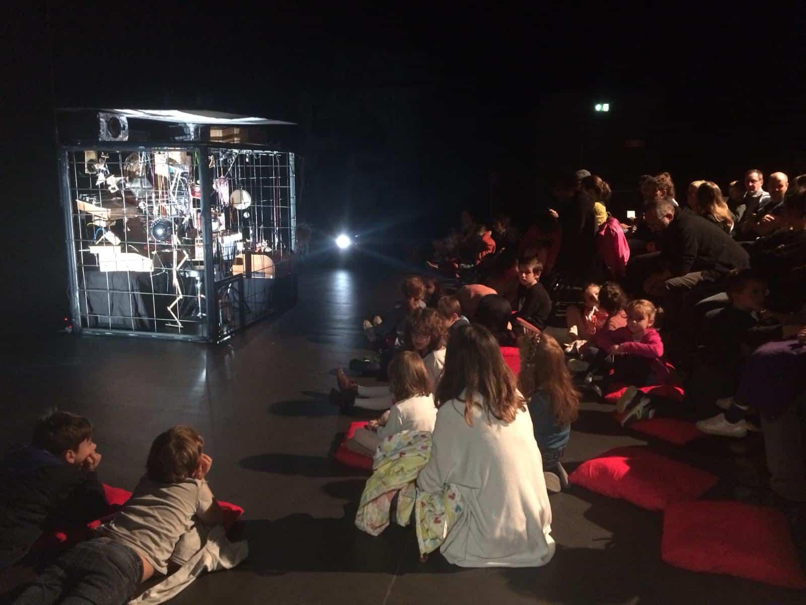 Photo - public avant un spectacle dans la salle de spectacle de La Casba