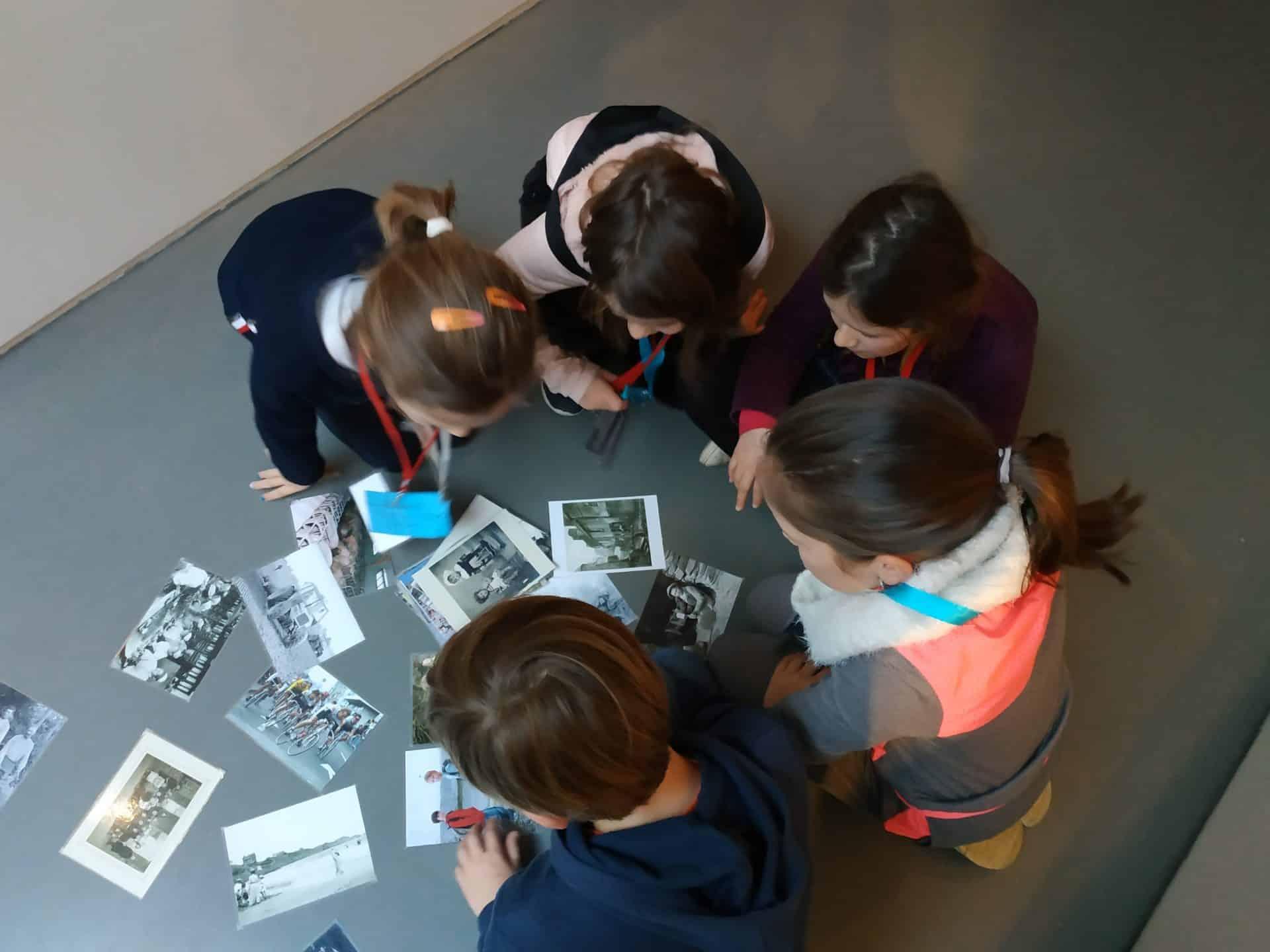 Photo - des enfants sont assis autour de photos anciennes