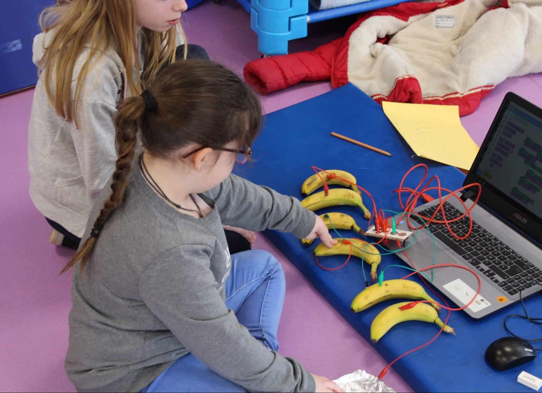 Photo de deux enfants durant un atelier avec Rotor Jambreks