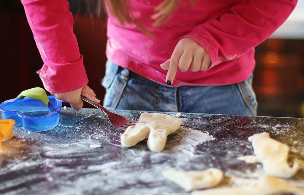 Photo / enfant qui fait de la pâte à sel