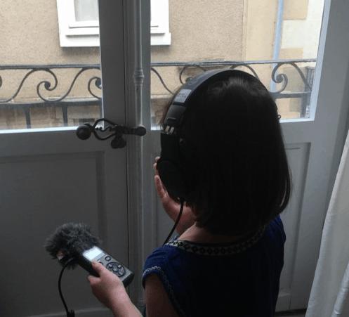Petite fille avec un micro radio