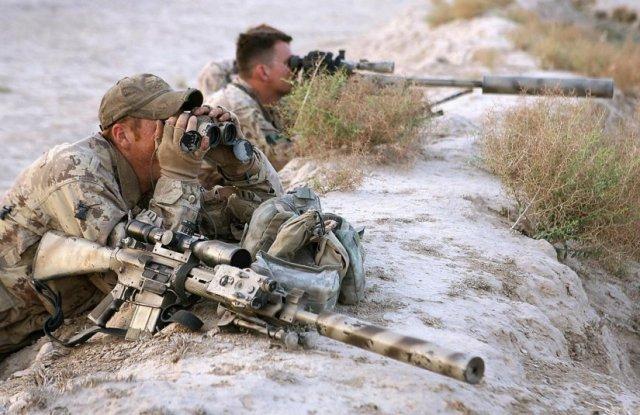 Francotirador con rifle de cerrojo y su observador con un semiautomático