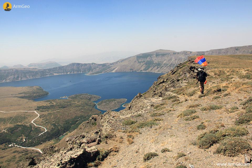 Նեմրութ լեռան խառնարանը