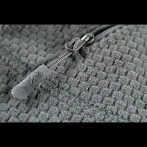 Dettaglio del tessuto e della zip con logo Helikon Tex