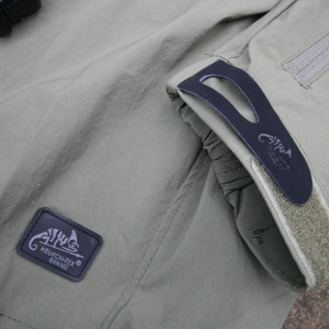 Dettaglio del tessuto e del logo Helikon Tex