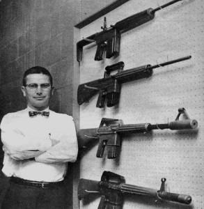 Eugene Stoner nel 1967, capo progettista dell'Armalite a fianco dei primi prototipi dell'AR10