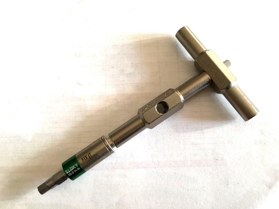 La bussola puo essere ineestata direttamente sul foro centrale, o come in questo caso usando il secondo supporto per avere un impugnatura più lunga