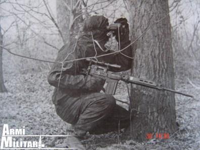 Cecchino croato con un FAL dotato di ottica con attacco adattato.