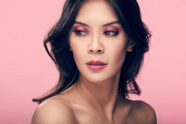 Make up artistique sur jolie jeune femme asiatique