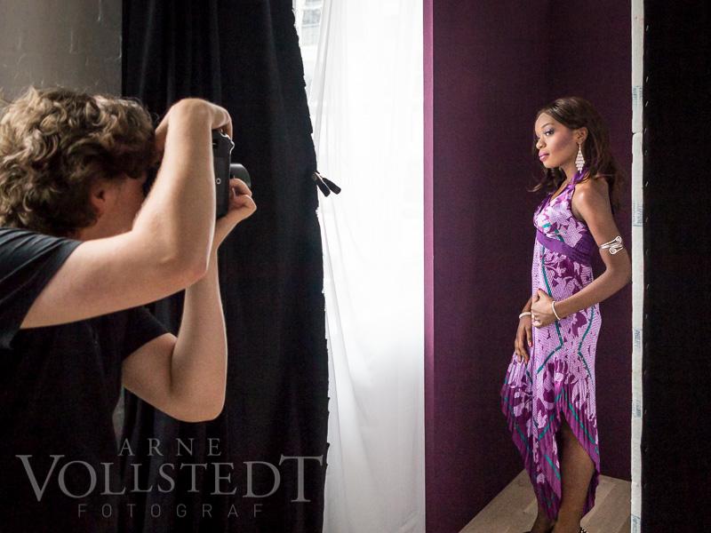 Jessica vor neuer Fotografenkulisse