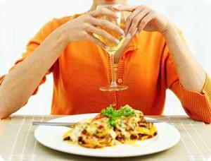 Resultado de imagem para pessoa comendo e bebendo
