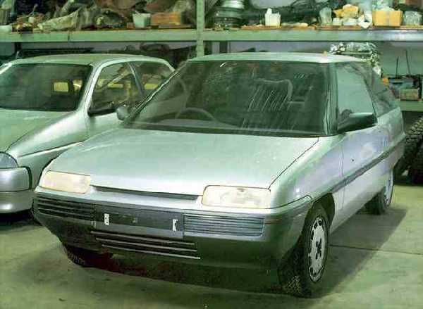 "Front view of the AR6 demonstrates the ""family look"" that Austin Rover was trying to achieve. Compare the frontal arrangement of this car with the Rover CCV and MG EX-E concepts of 1985 and 1986 - slim, elongated headlights and a slit like grille; these were also a feature of Gerry McGovern's AR6-based MG Midget concept (see below). These styling cues would become industry standard by 1990, but by that time, Rover was already seeking to move away from the look it had helped to pioneer. (Picture: Kevin Davis)"