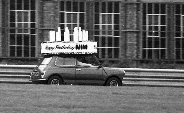MIni celebrating its 20th birthday (Picture: the Mini forum)
