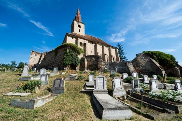 Friedhof an verlassene Kirche in Rumänien