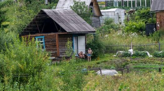 Babuschkas vor Holzhäuser in Sibirien